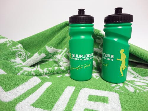 Sissekootud logoga saunalina ja ringtrükiga spordipudelid